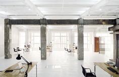 20120723_arq10382_escritório: madeira, branco, preto, cinza = espaço clean com nuances de cor via: blog.arkpad.com.br/?p=4384#