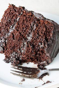 O bolo de chocolate mais surpreendente é aqui.  Eu chamo isso de minha Matilda bolo porque eu juro que é tão bom como o bolo que Bruce pantaneiro comeram no Matilda.  Úmida, perfeição achocolatado.  Este é o bolo de chocolate que você estava sonhando!