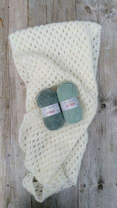 Het haakpatroon van deze prachtige sjaal is gemaakt door Miriam Catshoek en is gratis te downloaden in de webshop. Het is een prachtige sjaal die met vele soorten materiaal gehaakt kan worden. Heel veel haakplezier namens Miriam Catshoek en mijzelf :)