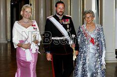 OSLO 20060829: Kronprinsesse Mette-Marit, kronprins Haakon og prinsesse Astrid på vei inn til gallamiddag på Slottet i Oslo tirsdag kveld, i forbindelse med det bulgarske statsbesøket i Norge. Foto: Håkon Mosvold Larsen / SCANPIX POOL