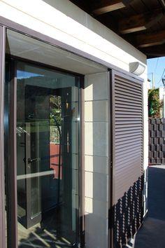 Anusa | Proyectos | Ventanas Patio Interior, Interior And Exterior, Interior Design, Modern Shutters, Glass Room, Window Screens, Pergola With Roof, Security Door, Outdoor Rooms