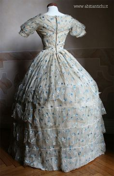 ball gown taffeta covered of veil of silk ivory embroidered with flowers blue and light blue. Of 1852