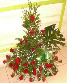 Centro de Rosas rojas, Paniculata, hojas de Mosteras y Tuya.