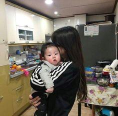 aesthetic :D - Baby & Mom Cute Asian Babies, Korean Babies, Asian Kids, Korean Girl, Cute Babies, Asian Child, Korean Couple, Mama Baby, Mom And Baby