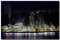 日本四大工業夜景の一つ。 残るは川崎市・三重県四日市市・福岡県北九州市の三都市。 http://blog-001.west.edge.storage-yahoo.jp/res/blog-18-8e/rainbow628178/folder/...
