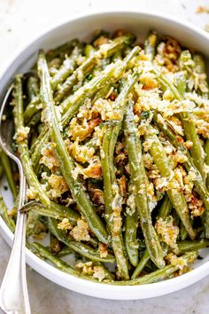 Roasted Garlic Parmesan Green Beans - - These epic roasted garlic parmesan green beans are crispy and golden on the outside, yet tender on the inside. Parmesan Roasted Green Beans, Garlic Parmesan, Garlic Chicken, Roasted Garlic, Vegetable Dishes, Vegetable Recipes, Healthy Chicken Recipes, Cooking Recipes, Healthy Foods