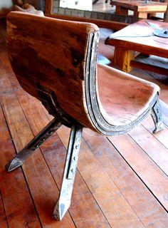 Sitial de tronco de una sola pieza de roble rústico con base de fierro forjado.  www.facebook.com/nativoredwood