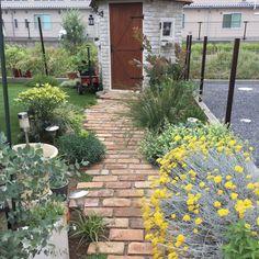 庭にレンガや石・枕木で小道やパティオをDIY!3 Garden Edging, Garden Paths, Gravel Walkway, Woodland Garden, Green Flowers, Outdoor Life, Dream Garden, Permaculture, Backyard Landscaping