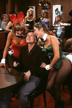 "Penny Marshall, Hugh Hefner, Carrie Fisher / production still from ""The Playboy Show"", season episode 5 of Laverne & Shirley (ABC / first broadcast November Carrie Fisher Family, Carrie Frances Fisher, Penny Marshall, Laverne & Shirley, Catherine Bach, The Blues Brothers, Hugh Hefner, Debbie Reynolds, Playboy Bunny"