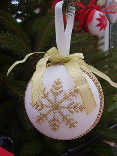 Witam w ten piękny listopadowy dzień.  W Ściborówce praca wre, a głowa cały czas pracuje, aby coś nowego stworzyć.  Dzisiaj chciałam Wam ... Cross Stitch Christmas Ornaments, Xmas Cross Stitch, Quilted Ornaments, Fabric Ornaments, Christmas Tree Pattern, Christmas Sewing, Christmas Embroidery, Christmas Cross, Christmas Baubles