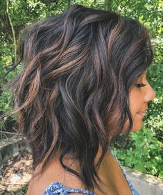 Shaggy Wavy Black Bob With Brown Highlights (color) Brown Hair With Highlights, Brown Hair Colors, Chocolate Highlights, Chocolate Brown, Color Highlights, Brunette Highlights, Fall Hair Colors, Medium Hair Styles, Curly Hair Styles