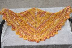 Hier ein Exemplar der Kollektion Tücher: dieses Mal ein besonders edles und elegantes Exemplar aus Perlgarn (laut Herstellerangaben waschbar, möglichst liegend trocknen) in gelb, weiß, orange...