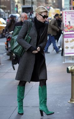 Cate Blanchett Photos Photos - Cate Blanchett rubs her hands together to try and beat the chill as she heads to an office building. - Cate Blanchett Goes Into an Office