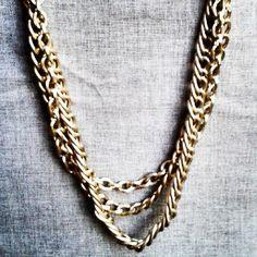 Los collares de cadenas, cortos y largos de una o varias vueltas y dorado / oro viejo, son perfectos para un total look negro #necklace _chains #goldplated #oldgold #totallook #party #christmas Chain, Closet, Jewelry, Fashion, Chains, Gold, Moda, Armoire, Jewlery