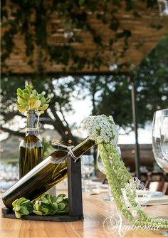 Arreglo para mesa con botellas de vino