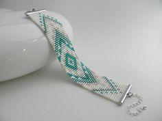 Manchette bracelet tissé en perles de rocaille Miyuki motif aztèque blanc