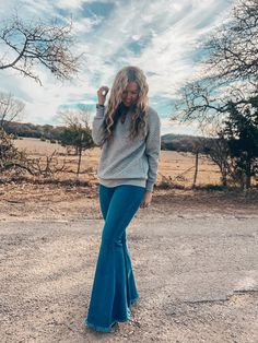 Flare Jeans Outfit, Jeans Outfit Winter, Casual Fall Outfits, Cute Country Outfits, Southern Outfits, Western Outfits, Bell Bottom Jeans, Western Style, Western Wear