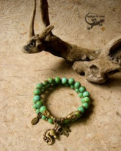 Dieses Set bestehend aus zwei flexiblen Armbändern ist ein absolutes Unikat und Hinkucker. Wie aus einem verwunschenem Märchenwald.  Die größeren Perlen bestehen aus echtem,grünen Türkis der...