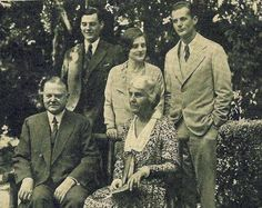 Seated: President Herbert & his wife first lady Lou (Henry) Hoover L to R: their son Herbert Jr & daughter in law Allan's wife Margaret (Watson) Hoover & their son Allan Hoover Us History, Women In History, History Facts, History Books, Family History, American History, First Five Presidents, Presidents Wives, American Presidents