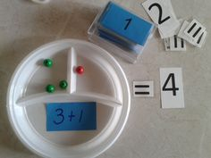 GETALBEGRIP Splitsbordje erbijsommen. Op de achterkant van het sommenkaartje staat het antwoord. De kinderen kunnen dan zelf controleren of ze het goede hebben neergelegd.