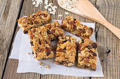 There is a great grab-and-go breakfast option you can whip up at home in five minutes. Make a batch of these energy bars to get the nutrition you need on the go. Grab And Go Breakfast, Breakfast Options, Breakfast Bars, Vegetarian Breakfast, Health Breakfast, Granola, Cas, Easy Pie, Cereal Recipes
