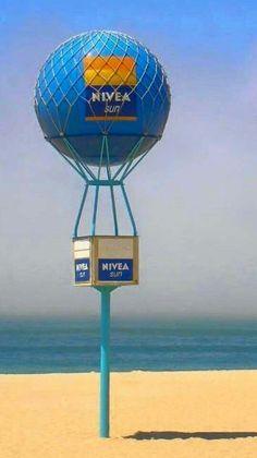 O creme Nívea é uma instituição em Portugal, e nos anos 60 esta marca teve a ideia de oferecer umas bolas grandes para podermos brincar n... Costa, Nostalgia, Those Were The Days, Lisbon Portugal, Old Ads, Algarve, Good Old, Historical Photos, Portuguese