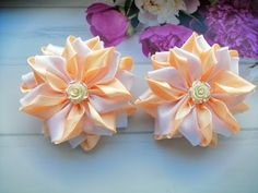 Bows of cm ribbons. Fabric Flower Tutorial, Fabric Flowers, Paper Flowers, Ribbon Crafts, Ribbon Bows, Ribbon Hair, Rainbow Loom Charms, Flower Video, Ribbon Sculpture