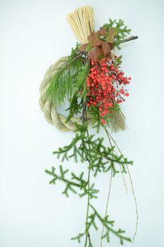 お正月飾り(しめ飾り)のレッスンを開催します。 松や南天、ヒカゲカズラなどを使用して 新年迎えるお飾りを製作していただきます。 (※サンプルの画像と内容が若干変わる場合がございます。ご了承ください。) 日程 ... 12月18日(日)10時〜・14時〜 12月20日(火)... Christmas Arrangements, Floral Arrangements, Japan Flower, Wall Hanging Designs, New Year Art, Japanese New Year, New Year Designs, Green Wreath, New Years Decorations