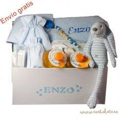 Detalles de bebés personalizados. Canastilla con todo lo que necesita el bebé. Baby, Newborn Baby Gifts, Personalized Baby, Gift Shops, Layette, Personalized Gifts, Baskets, Baby Humor, Infant