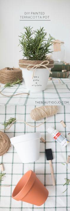 DIY Painted and decorated terracotta pot || Macetas decoradas con cuerda - Vía http://www.thebeautydojo.com/
