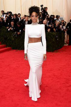 Rihanna de saia longa e top de manga longa branco! Inspiração para noivas ousadas!