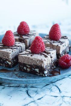 Raw chocolate brownie med kokosfrosting og friske hindbær