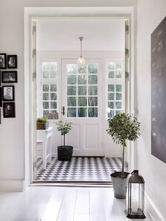Danish farmhouse in black and white. farmhouse decor hjem, g Decoration Hall, Decoration Entree, Hall Way Decor, Entryway Flooring, Entryway Decor, Entryway Ideas, Entryway Lighting, Modern Entryway, Pine Flooring