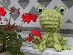Sizlere çok sevimli amigurumi kurbağa yapımı nasıl olur ondan bahsedeceğim. Her renk ile örebilirsiniz. Her renk ile örülmüş modelleri görebilirsiniz. Bir
