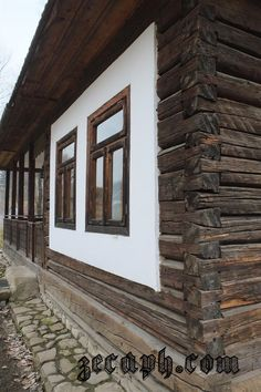 case naturale construite din materiale naturale din zona bucovinei zecaph  (424)d Country House Design, Cabins And Cottages, Wooden House, Cottage Homes, Rustic Design, Log Homes, Traditional House, Old Houses, Exterior Design