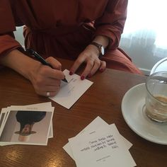 """287 Synes godt om, 19 kommentarer – choeun (@sienne_) på Instagram: """"조기퇴근을 하고 미용실 예약시간 기다리며 카드쓰기 ☺️ 목표는 컸으나 2장밖에 쓰지못했다는 슬픈 이야기. 행복한 명절 보내세요 ( ⁼̴̤̆◡̶͂⁼̴̤̆ ) ✨"""""""
