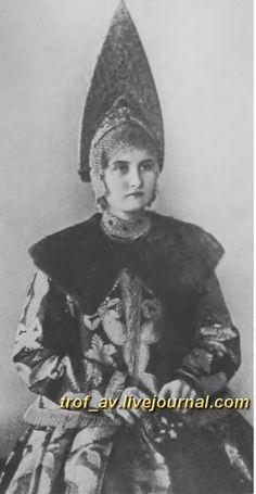 oI< Девушка в костромском праздничном костюме, г. Галич, 1900е г.