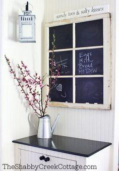 Pintura de pizarra en una antigua ventana de madera