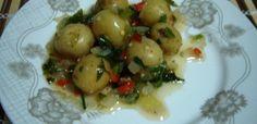 2 kg de batatas bolinhas  - 1 cubinho de caldo de carne  - 5 dentes de alho amassados  - 1 copo de azeite  - 1 copo óleo de milho  - 1 copo de vinagre branco  - 1 pimentão picadinho (sem sementes)  - 2 xícaras de azeitonas inteiras  - 3 cebolas grandes picadinhas  - 4 folhas de louro em pedaços  - 1 colher sopa de pimenta calabresa  - Pimenta-do-reino a gosto  - Sal a gosto  - 1 maço de salsinha verde picadinha  -