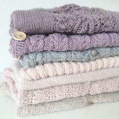 Strikkebunken vokser støt og roligt. Er så taknemmelig for alle de skønne videoguides på nettet, der har muliggjort denne bunkes tilbliven  #strik #knit #knitting #instaknit #knitforkids #hjemmestrik #knitforyourkid