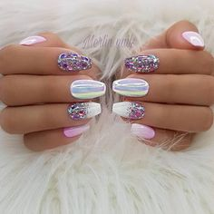 The advantage of the gel is that it allows you to enjoy your French manicure for a long time. There are four different ways to make a French manicure on gel nails. Fancy Nails, Trendy Nails, Cute Nails, New Years Nail Designs, Nail Art Designs, Pedicure Designs, Spring Nail Art, Spring Nails, New Year's Nails
