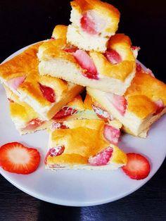 PRAJITURA PUFOASA CU IAURT SI CAPSUNI - Flaveur Healthy Desserts For Kids, French Toast, Breakfast, Food, Bebe, Morning Coffee, Essen, Meals, Yemek