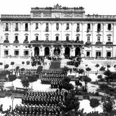 Un batallón de Infantería de Marina, que marcha hacia la guerra de Cuba, en 1898, está formado frente al ayuntamiento, en una misa de campaña.