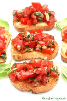 Bruschetta con pomodoro e basilico - from Kleinstadthppie veg . - Bruschetta, a delicious starter from Italy. How homemade bruschettes work perfectly. They taste best when there are ripe tomatoes to buy Yummy Appetizers, Appetizer Recipes, Catering Recipes, Shrimp Appetizers, Shrimp Recipes, Cheese Recipes, How To Make Bruschetta, Tomato Bruschetta, Homemade Bruschetta