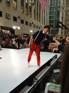 lads doing laddy lad things Louis Tomlinsom, Louis And Harry, Harry Styles Face, 1d Day, Music Theater, Theatre, One Direction Photos, Louis Williams, 1d And 5sos
