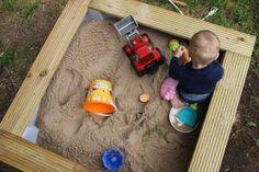 Dieser Sandkasten ist leicht zu bauen, stabil und obendrein auch noch wirklich schön. Hier findest Du eine DIY Anleitung.