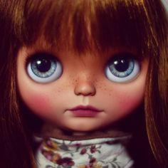 Keavey is available for adoption ~~~~ #Blythe #doll #Blythecustom #customblythe #blythestagram #blythedoll #muñeca #poupée #toys #dolls #artdoll #puppelinacustomeyechips
