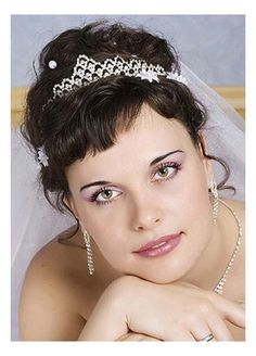 Unique wedding hairstyles with bangs probably the best, they are simple and sophisticated and look good on almost all types of hair. Bridal hairstyles with bangs look fabulous with curls, waves, ac… Feathered Hairstyles, Hairstyles With Bangs, Braided Hairstyles, Cool Hairstyles, Tiara Hairstyles, Unique Wedding Hairstyles, Wedding Updo, Medium Length Hair With Bangs, Romantic Updo