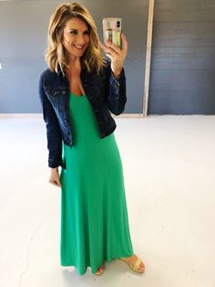 How to style a maxi dress for work // Casual Office outfit // What to wear on vacation // What to wear with a maxi dress // what to wear with a denim jacket // What to wear to a casual outdoor wedding // cute and flattering maxi dress for any body type Chic Office Outfit, Office Outfits, Office Wear, Outfits For Teens, Casual Office, Work Casual, Office Chic, Outfit Work, Teacher Outfits