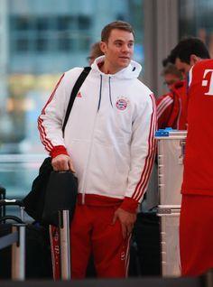 At Munich airport to Doha Mario Gomez, German National Team, Thomas Muller, Soccer Guys, Fc Bayern Munich, Sherlock Holmes, Cute Boys, Martial Art, Manuel Neuer